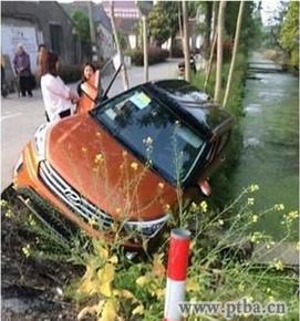 女司机倒车引发事故