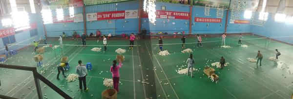 羽毛球培训的课堂上