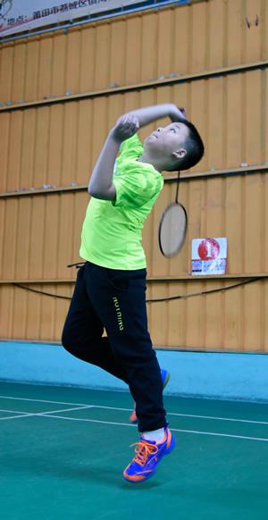 羽毛球比赛中灵活的胖子
