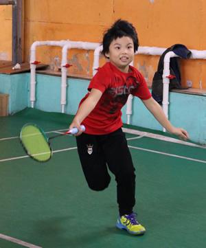 羽毛球比赛激烈对抗与竞争